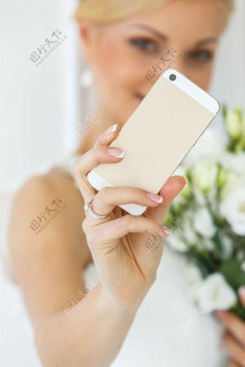 拿手机拍照的新娘图片