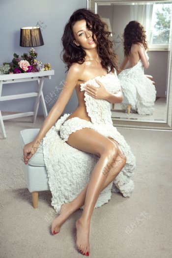 镜子前的欧美女人图片