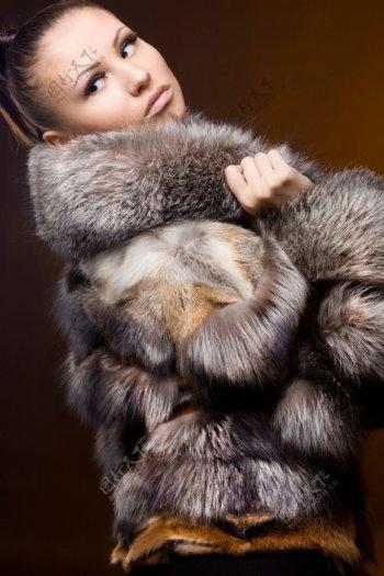 毛皮大衣女人图片
