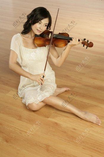 拉小提琴的女明星偶像图片