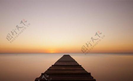 这座木桥海平静夜网站背景图片