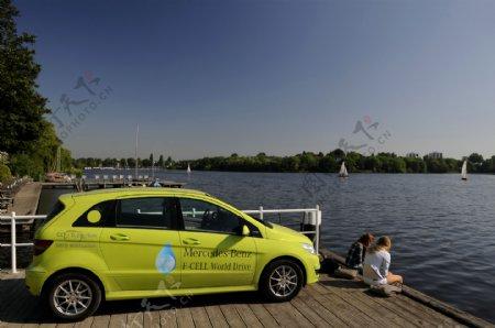 湖泊边的绿色轿车图片