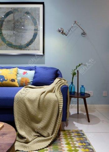 现代时尚青春客厅浅蓝色背景墙室内装修图