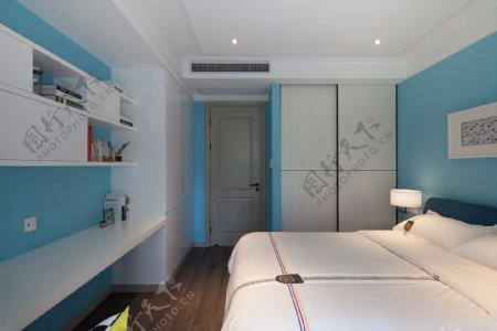 现代清新卧室蓝色背景墙室内装修效果图