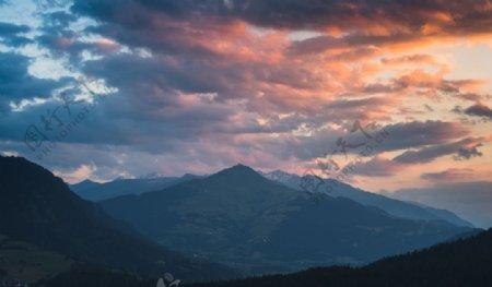 山脉与云彩