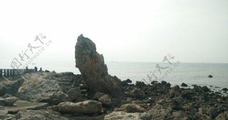 大海边的尖石