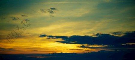 黄昏霞光与连绵的山峦