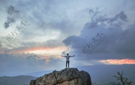 岩石上的男人图片