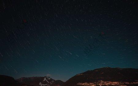 群山夜空星光风景背景图片