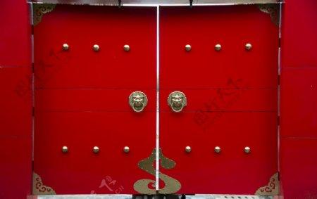 红色大门狮首门环图片