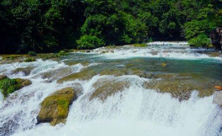 自然风景区清澈流动的溪水一景图片