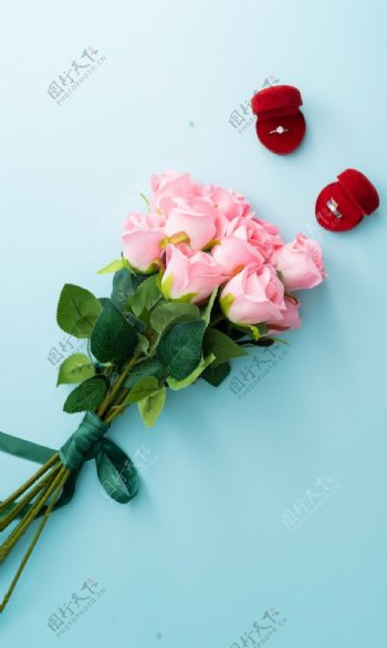 蓝色底板上的粉色玫瑰花束图片