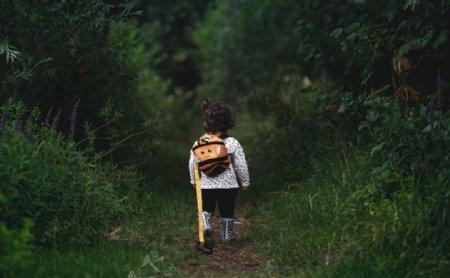 小女孩的背影图片