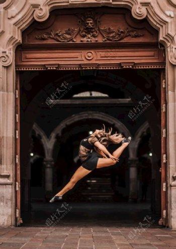 跳舞的女性舞蹈家图片